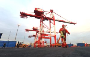 new installed ship to shore crane at manila international container port ..(photo by ali vicoy)